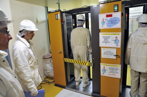 Vérification de contamination avant la sortie de zone contrôlée.