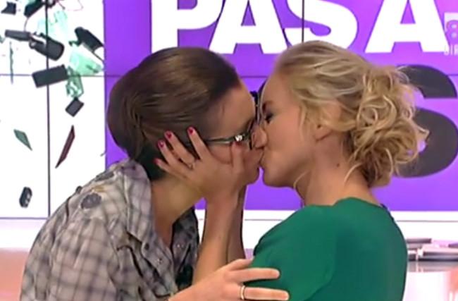 baiser-lesbien-D8-enora-amelie