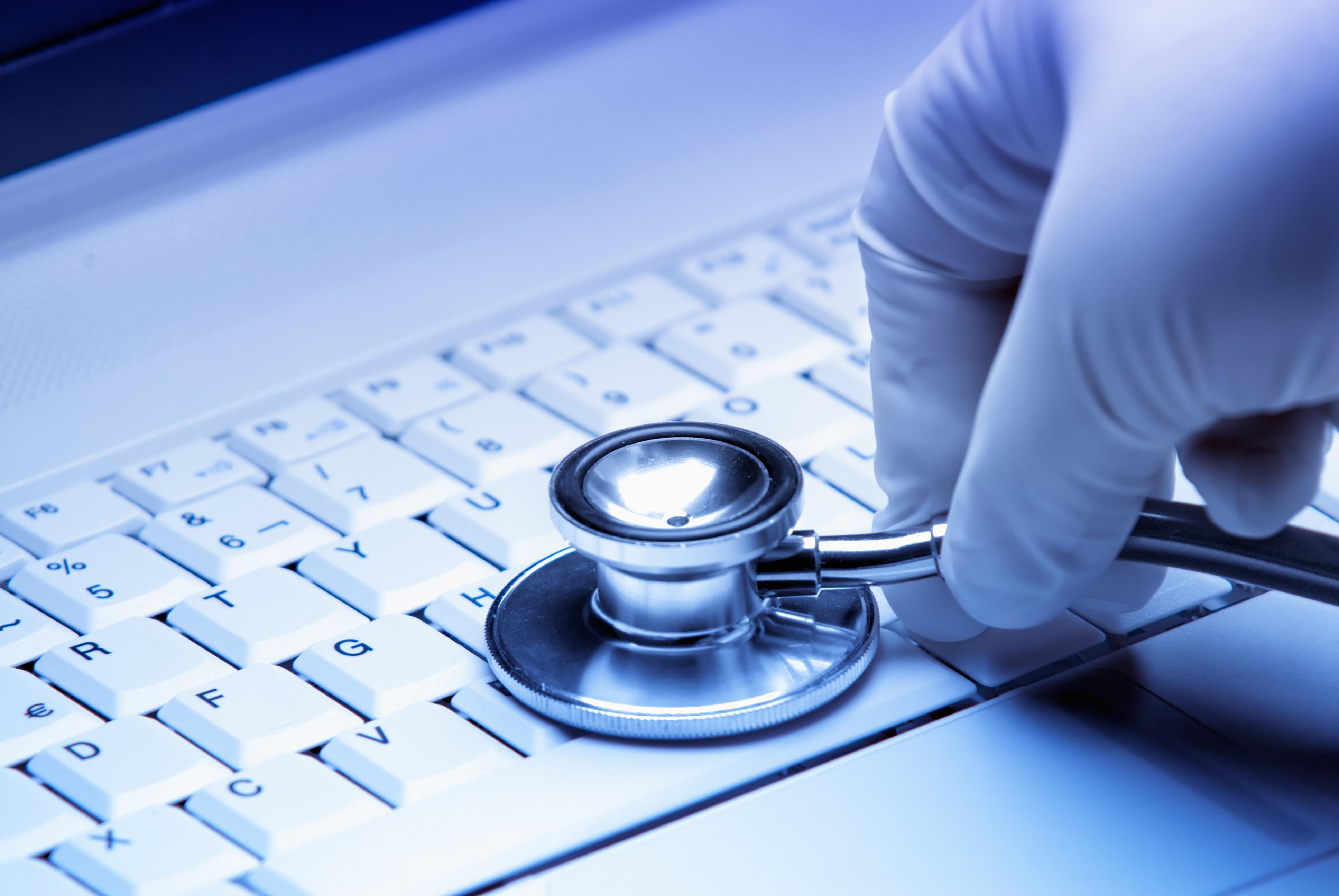 Reparacion de un disco duro a manos de un medico. Simbolo de un servicio tecnico de calidad